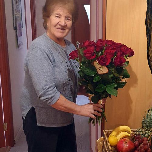 33 красные розы и ящик фруктов фото доставки
