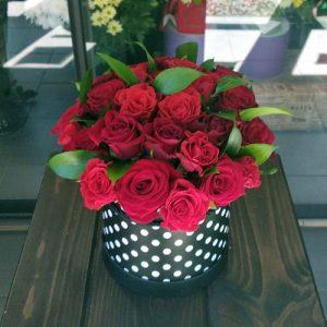 букет 33 розы в шляпной коробке в Покровске