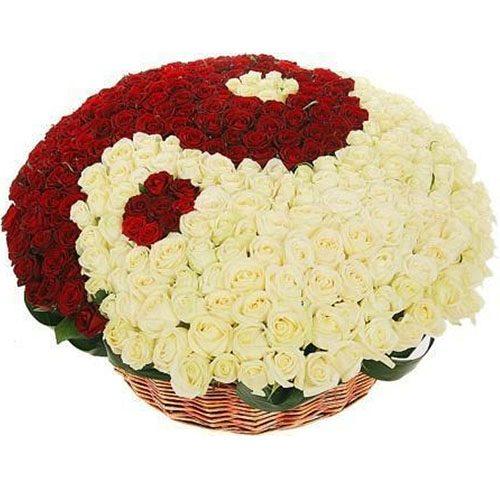 """Фото товара 101 роза """"Инь-Янь"""" в корзине в Покровске"""