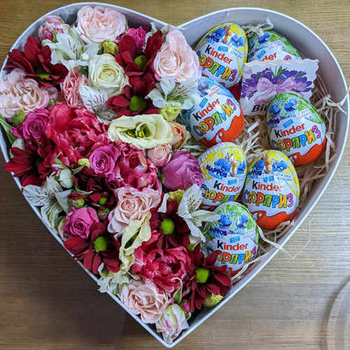 цветы и киндер сюрпризы в коробке сердце