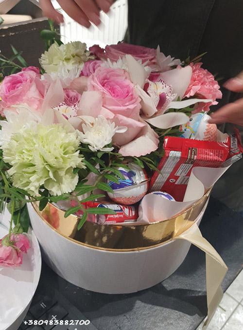 цветы и сладости в коробке фото